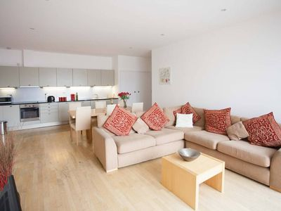 Photo for Super 2 Bedroom Flat Heart of Kings Cross Sleeps 5