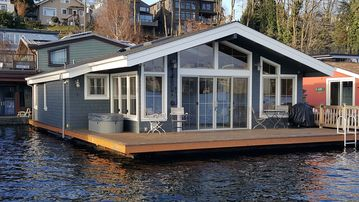 ***NEW!*** Seattle Luxury End-of-dock Floating Home