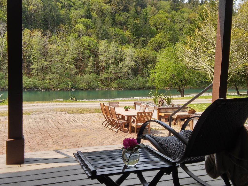 The chetco river inn secluded river frontag homeaway for Cabin rentals brookings oregon