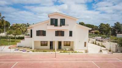 Photo for Apartment with terrace and tennis court near the sea