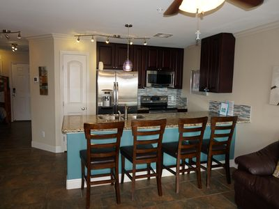 Great Kitchen w/ Lots of Seating