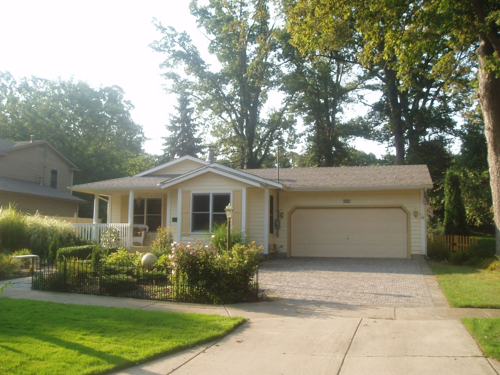 UPSCALE,,  HEATED POOL  2 FIREPLACES,100 FEET TO TOWN PATIO, GRILL YARD, PETS OK