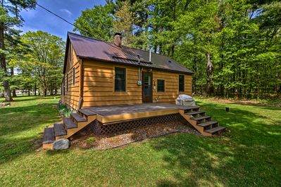 Looking for a peaceful getaway? Look no further than this cozy cabin for 9!