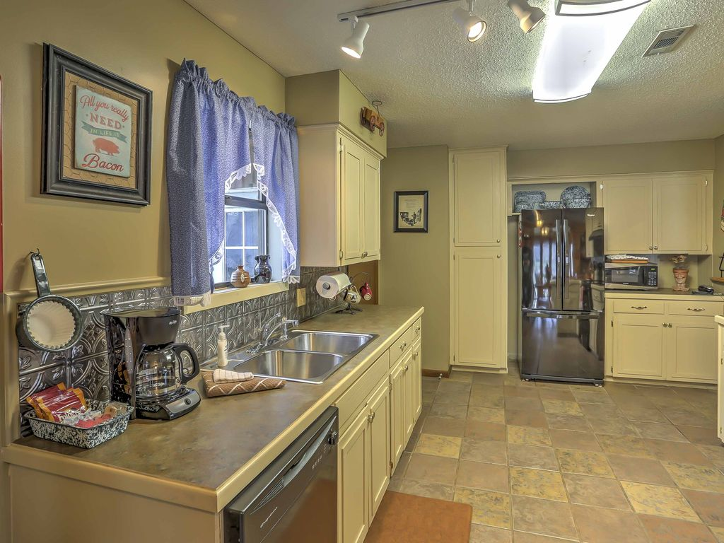 NEW! 3BR 'Around the Bend' Cabin on White River!