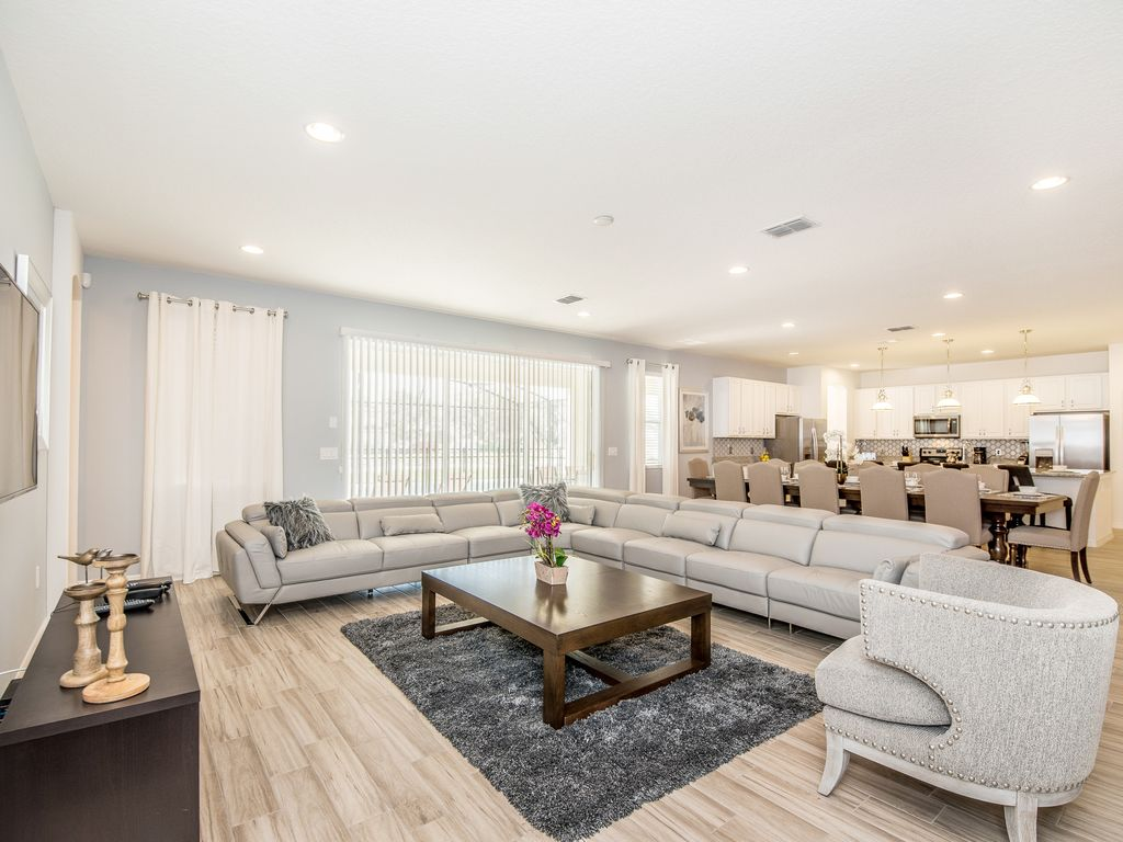 7000 Oakwood Street: Beautiful 11 Bed Gated Pool Home At Solterra ...