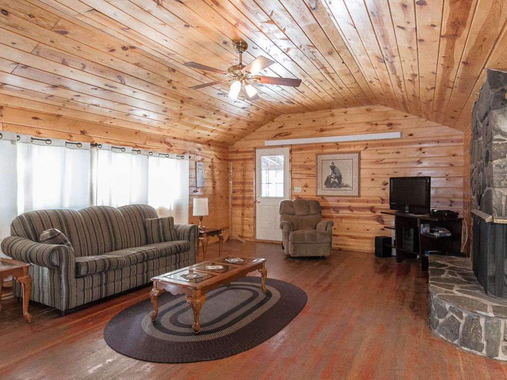 3 bedroom 2 5 bath log cabin hill city black hills and for Two room log cabin