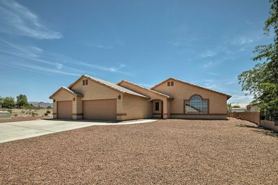 Unwind in this 2-bedroom, 2-bathroom vacation rental home in Fort Mohave.