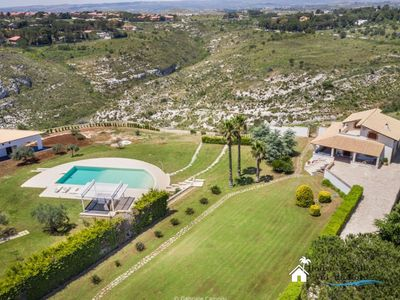 Photo for Swimming pool, large garden, luxurious villa in the hills