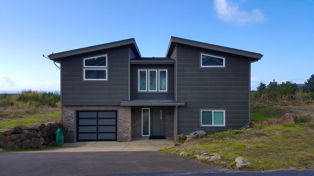 Crescent vue large modern home with ocean views and just for Big modern house tour