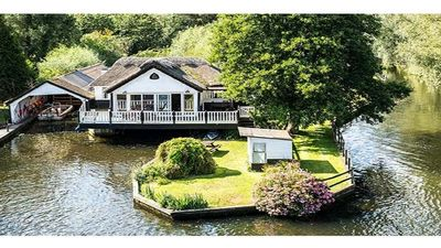 Photo for Stunning Wroxham holiday cottage on the River Bure with private boat sleeps 10