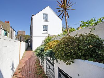 Photo for Boho Apartment In The Lanes - Super Central - sleeps 2 to 6 guests