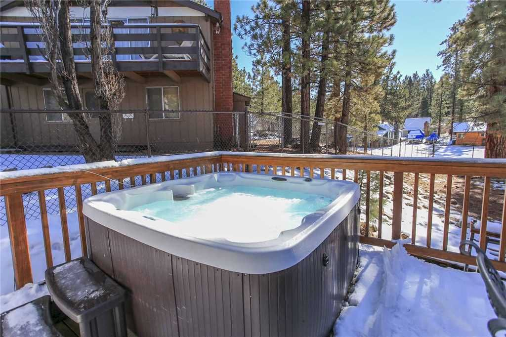 Five pines modern cabin with wifi satellite tv and hot for Big bear cabins with jacuzzi tubs