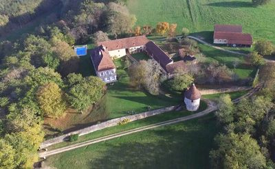 la Queyzie Manor House is nestled in an ydillic countryside