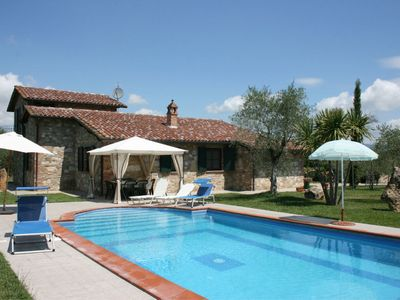 Photo for Wonderful private villa with WIFI, private pool, TV, pets allowed and parking, close to Cortona