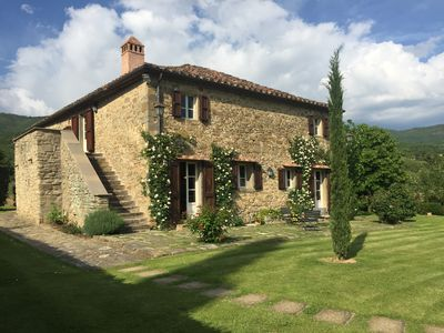 Photo for Charming Tuscan farmhouse with large pool in unspoilt rural setting