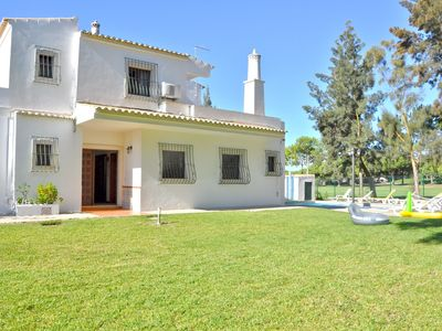 Photo for Comfortable villa with private pool in a convenient location in Vilamoura