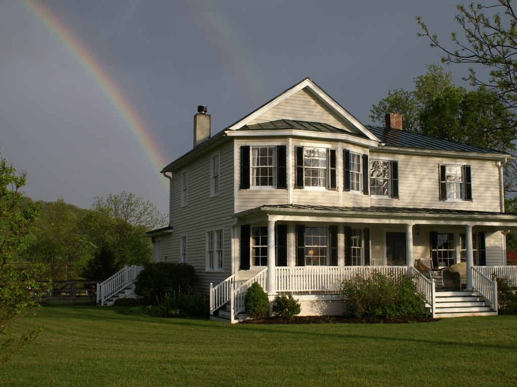 Fabulous 65 acre mountain view retreat w po homeaway for Charlottesville cabin rentals hot tub