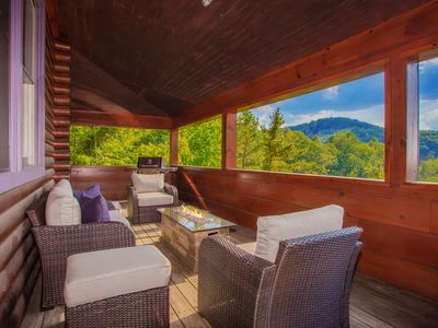 Bear Mountain Getaway: Mountain Views! Secluded, Top Amenities, Hot Tub, close to Attractions!