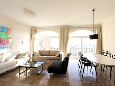 Open-spaced living area with 2 large windows - veoapartment