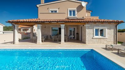 Photo for Charming family villa with pool near Pula