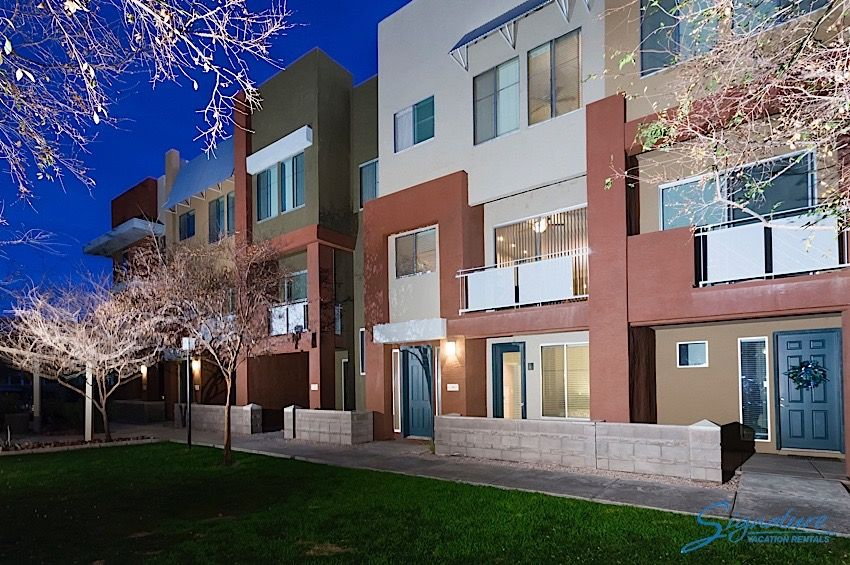 Glendale Getaway: 3 Bed, 2.5 Bath townhome walk to shopping & dining at Westgate