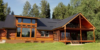 Kootenay Cabin on the right with Owners Lodge to the left.