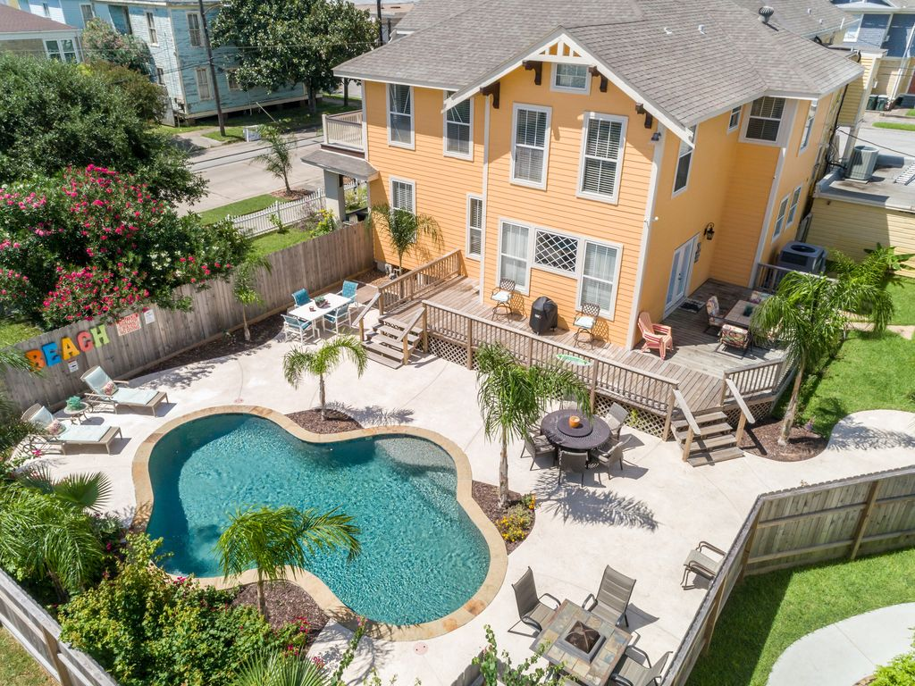 BEAUTIFUL HOME SWIMMING POOL LARGE DECK GRILL ALL THE AMENITIES YOU NEED