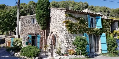 Photo for Charming atypical stone house of 90m2, at the foot of the Luberon for 4 people, 2 bedrooms