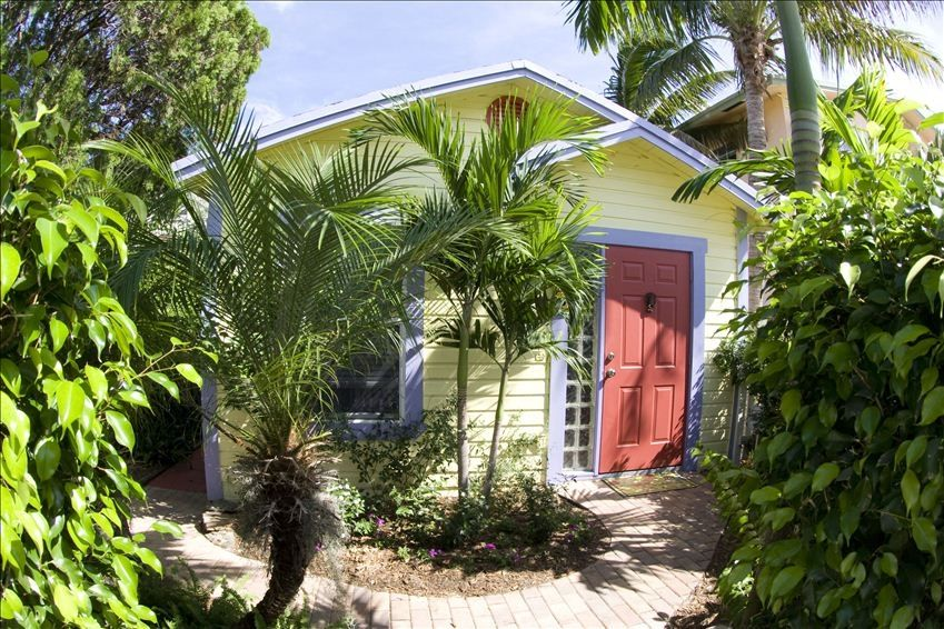 Tropical Two Br Dog Friendly Cottage In Downtown Lake