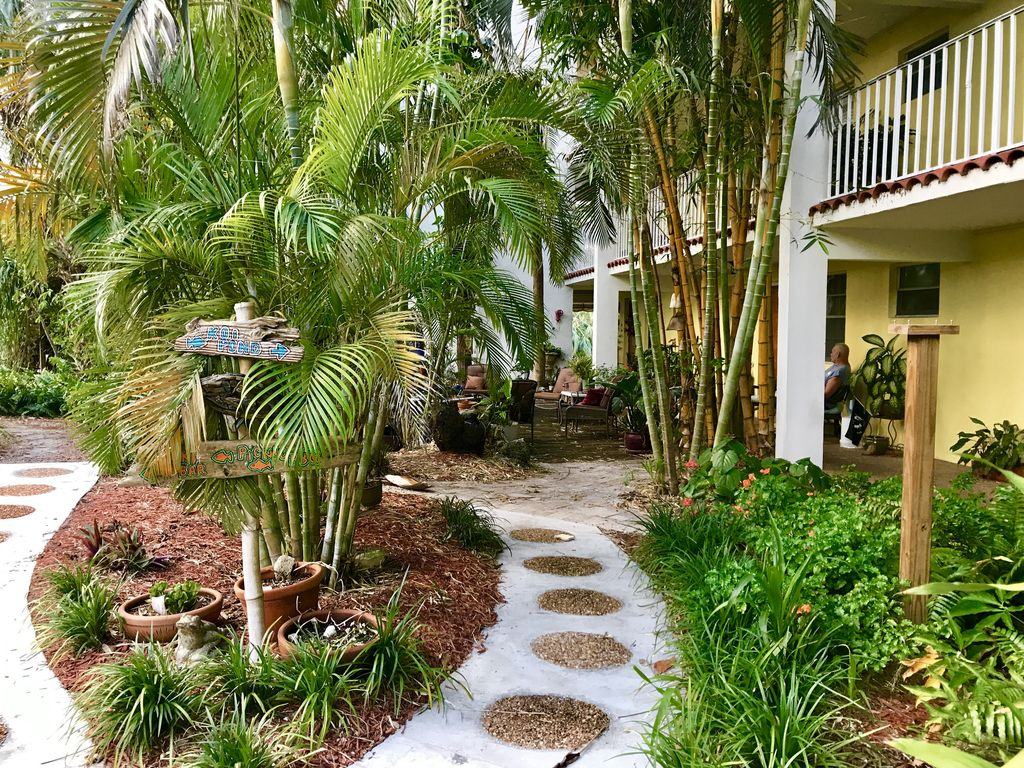 Beautiful Efficiency With Full Kitchen in Pompano One Block From The ...