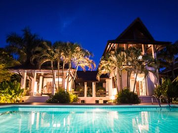 Luxury villa, private beach, infinity pool. Fully serviced. Beautiful sunsets