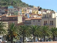It is a fascinating hill side property in Bosa old town, nicely updated with nearby free parking.