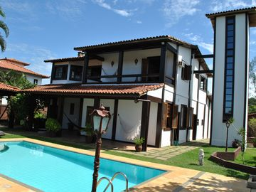 House w / 10 suites, 500m2, pool, barbecue, 5 min walk Ferradura beach