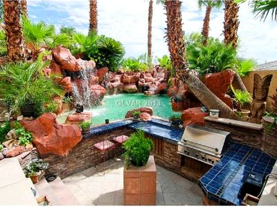 ONE OF A KIND PRIVATE OASIS POOL RESORT AREA, 5 MILES FROM THE STRIP