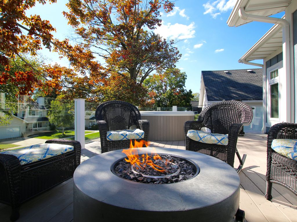 Maple St 5 Bedroom   Hot Tub U0026 Fire Pit Table