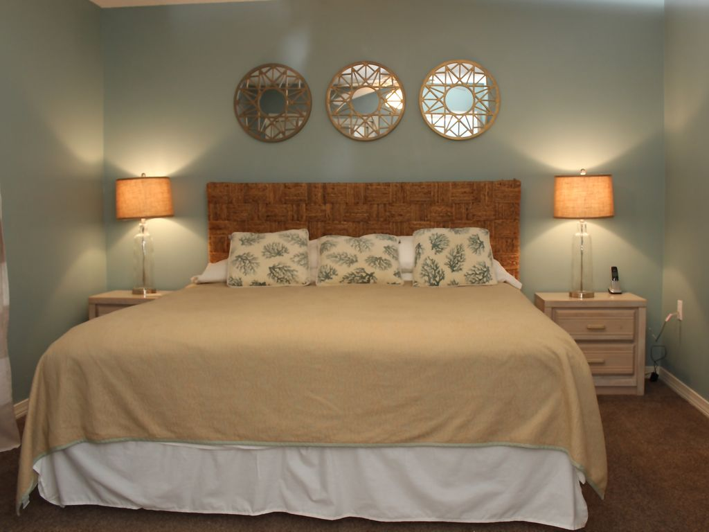 Cute 2 2 condo with beach service two king beds plus hall for Beds plus