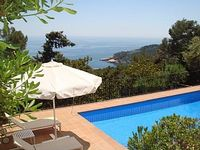 Beautiful house, garden, pool, view of sea and location. Our family will book this place again.