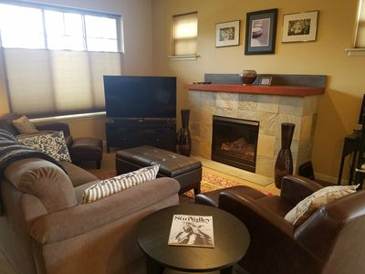 Welcoming 3bd/2.5bth condo with great amenities in the heart of the Valley.