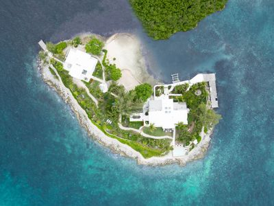 Private island minutes from Harbour Island, 35 foot boat&captain incl, sleeps 17