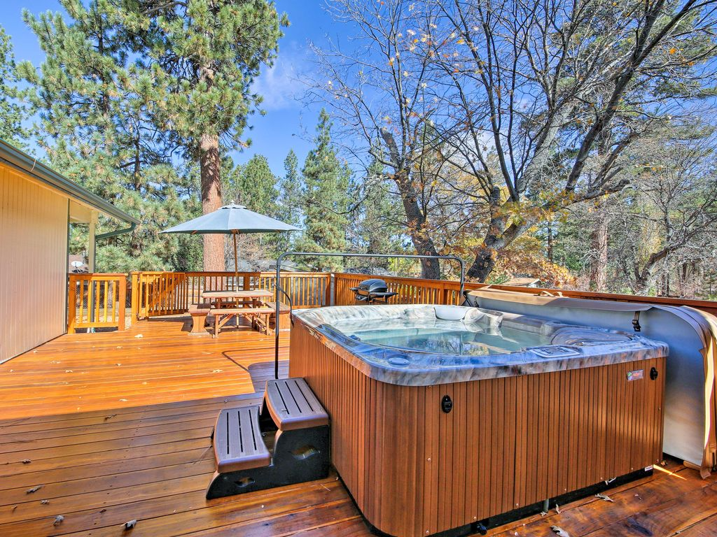 New 2br big bear cabin w private deck hot tub 4761352 for Big bear cabins with jacuzzi tubs