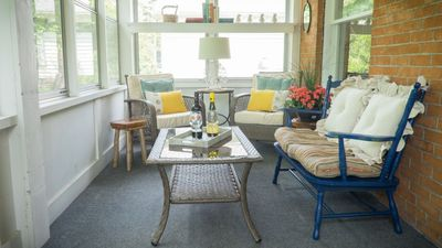 Watch the horse and buggies go by , Abigail House, Niagara, Vacation Rental