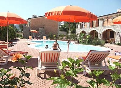 Holiday feeling at its best: at the pool of Residence Baia Infreschi.