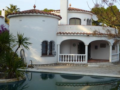 Photo for Detached villa with large pool for 8 people