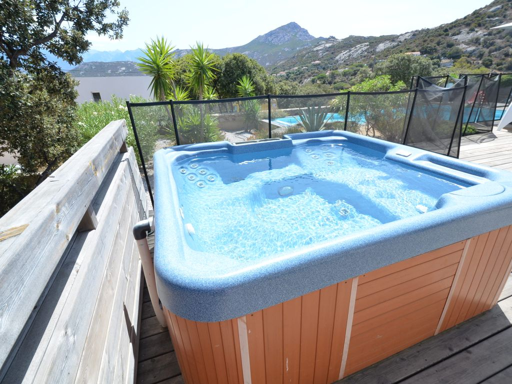 CALVI, LARGE MODERN VILLA, SWIMMING POOL, JACUZZI, SEA VIEW | BNB Daily
