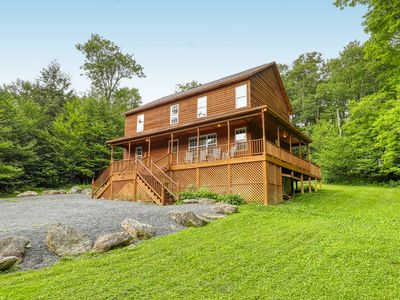 Large, near-the-top cabin w/wrap-around deck, spacious living areas & fireplace