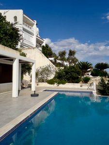 Photo for Independent apartment with private pool by the sea in Schinias