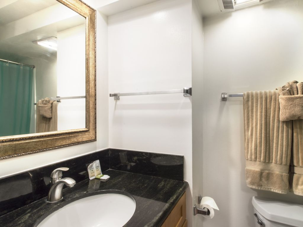 Island Colony 1411-Renovated Condo with Pool View!