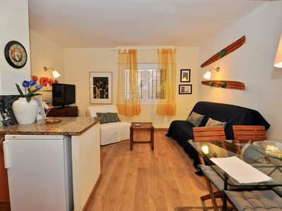 Photo for Apartment Flors, 2/4 people, air conditioning, 100m from the beach, 200m center