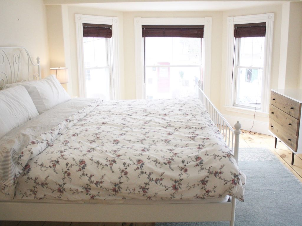 spacious victorian, king tempurpedic beds, 15m walk to downtown