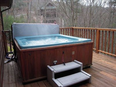 Large HOT TUB with easy lifter for the cover. Relax in treetops after a busy day